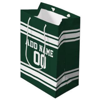 名前入りな緑および白くストライプのなスポーツジャージー ミディアムペーパーバッグ