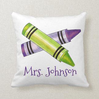 名前入りな美術教師は学校の枕をクレヨンで彩色します クッション