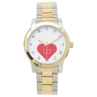 名前入りな花嫁の新郎は結婚式の日付の腕時計を示します 腕時計