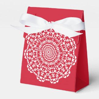 名前入りな赤く白くエレガントなレースパターン フェイバーボックス