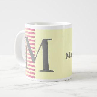 名前入りな赤のストライプおよび薄黄色のモノグラム ジャンボコーヒーマグカップ