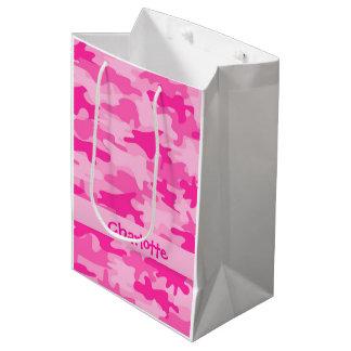 名前入りな赤紫のピンクのカムフラージュの名前 ミディアムペーパーバッグ
