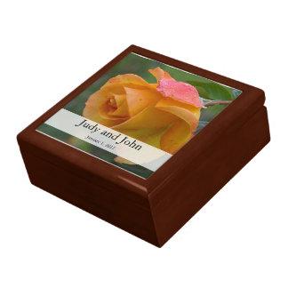 名前入りな赤面のばら色の結婚祝い箱 ギフトボックス