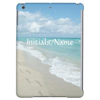 名前入りな足跡の白い砂のビーチの水の青