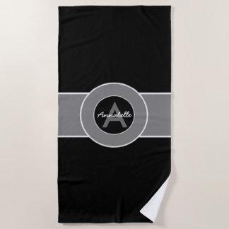 名前入りな黒い灰色のモノグラム ビーチタオル