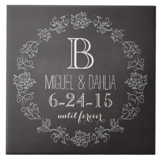 名前入りな黒板のモノグラムの結婚式の日付 タイル