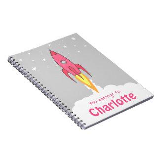 名前入りなRocketshipのピンクのレトロのかわいい漫画 ノートブック