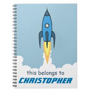 名前入りなRocketshipの青いレトロのかわいい漫画 ノートブック