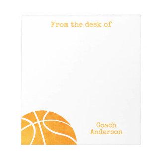 名前入りの机からのバスケットボールのコーチ ノートパッド