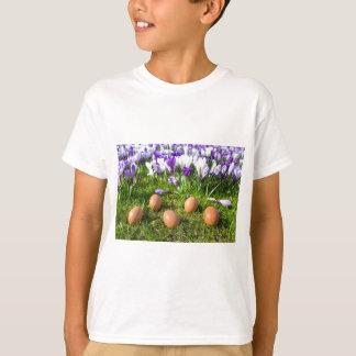 咲くクロッカスの近くにある5個の緩い卵 Tシャツ