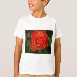咲くバラのオレンジ赤 Tシャツ