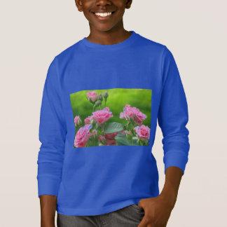 咲くピンクのバラ Tシャツ