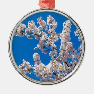咲く白い花が付いているツリーブランチ メタルオーナメント