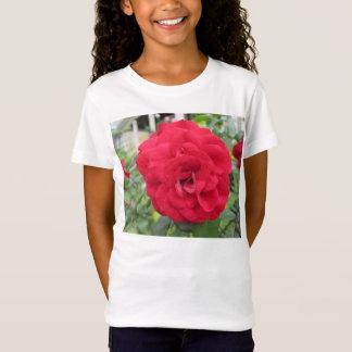 咲く赤いバラの花 Tシャツ