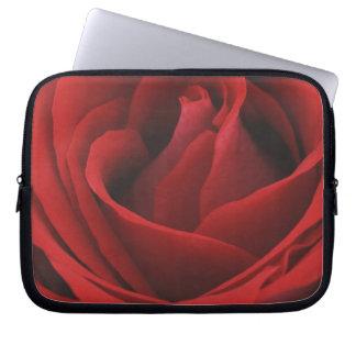 咲く赤いバラ ラップトップスリーブ