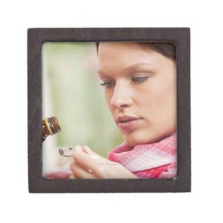 咳の薬を取っている若い女性 ギフトボックス