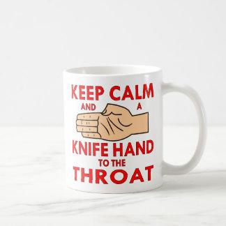 喉に平静およびナイフ手を保って下さい コーヒーマグカップ