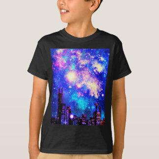 喜劇的なスタイル都市スカイライン及び銀河の夜空 Tシャツ