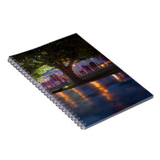 噴水は夜ノートによって-ワルシャワ都市を示します ノートブック
