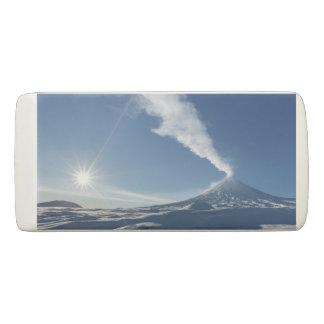 噴火の活火山の冬の眺め 消しゴム