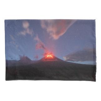 噴火の活火山の美しい夜眺め 枕カバー
