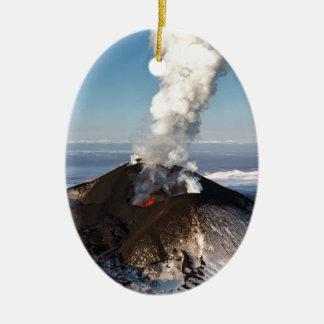 噴火口の噴火の火山: 溶岩、ガス、蒸気、灰 セラミックオーナメント
