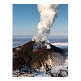 噴火口の噴火の火山: 溶岩、ガス、蒸気、灰 ポストカード