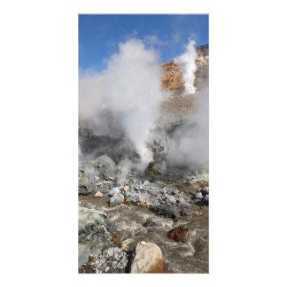 噴火口の活動的なMutnovskyの火山。 カムチャツカ半島。 ロシア カード