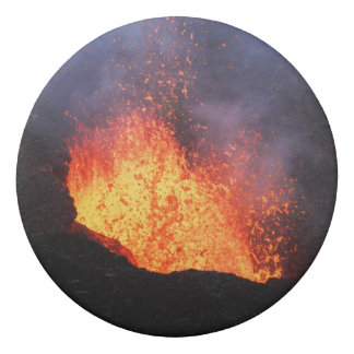 噴火口の火山からの熱い溶岩の噴火の噴水 消しゴム