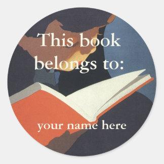 図書館からの本を読んでいるヴィンテージの子供 ラウンドシール