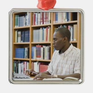 図書館で働いている大学生 シルバーカラー正方形オーナメント