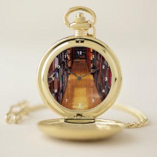 図書館の本棚の壊中時計 ポケットウォッチ