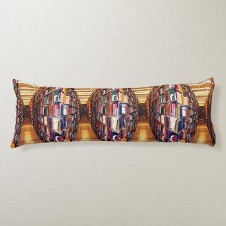 図書館の本棚の抽象的な抱き枕 ボディピロー