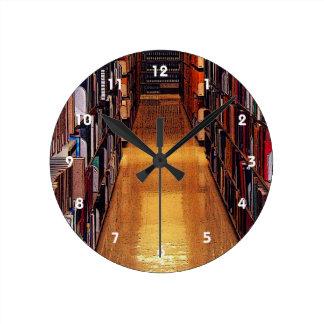図書館の本棚の抽象的な柱時計 ラウンド壁時計
