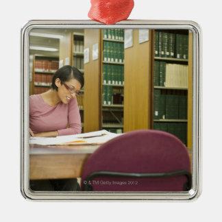 図書館の研究をしている混血の女性 メタルオーナメント
