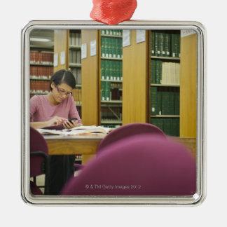図書館2の研究をしている混血の女性 シルバーカラー正方形オーナメント