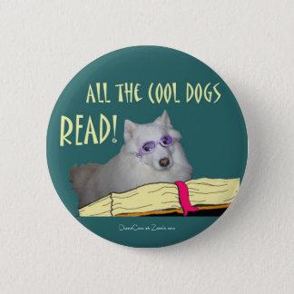 図書館- Samoyed -涼しい犬の読書の読み書き能力 5.7cm 丸型バッジ