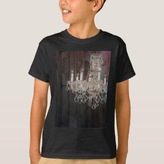 国の納屋の木製のパリのヴィンテージのシャンデリア Tシャツ