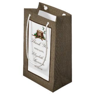 国の素朴なモノグラムの木及びバーラップの結婚式 スモールペーパーバッグ