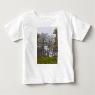 国の霧深い秋の朝 ベビーTシャツ