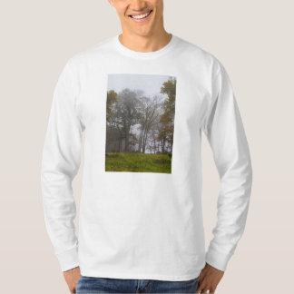 国の霧深い秋の朝 Tシャツ