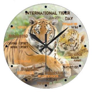 国際的なトラ日、芸術7月29日のタイポグラフィの ラージ壁時計