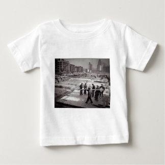 国際連合の建築現場の東側NYC ベビーTシャツ