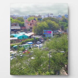 地下鉄の鉄道からのニューデリーインドの交通眺め フォトプラーク