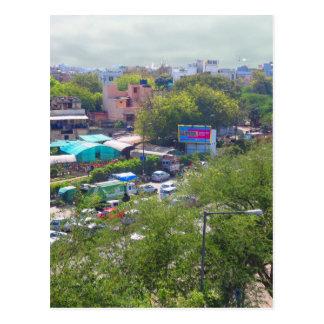 地下鉄の鉄道からのニューデリーインドの交通眺め ポストカード