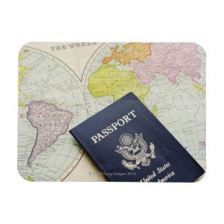 地図にあるパスポートのクローズアップ マグネット