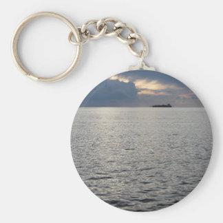 地平線の貨物船との暖かい海の日没 キーホルダー