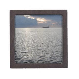 地平線の貨物船との暖かい海の日没 ギフトボックス