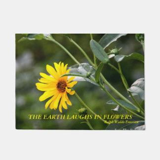 地球が花で笑わせる黄色い花 ドアマット