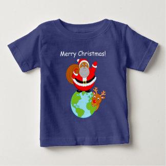 地球に立っている漫画黒いサンタクロース ベビーTシャツ